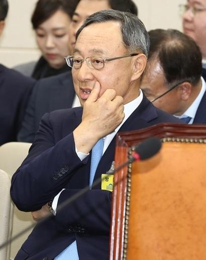 지난 10월 30일 국회에서 열린 과학기술정보방송통신위원회 종합 국정감사에 출석한 황창규 KT 회장이 증인석에 자리하고 있다. 사진=박은숙 기자