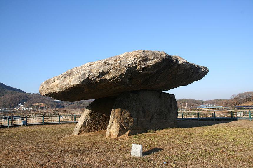 고인돌로 강화도 여행을 시작한다. 청동기 시대의 거대한 고인돌 유적이 아이들의 시선을 잡아 끄니 흥행(?)을 염려할 필요가 없다. 사진=구완회 제공
