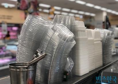 대형마트에서는 플라스틱 제품을 사용하지 않고는 장을 보기가 어렵다. 사진=박해나 기자