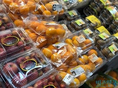 플라스틱, 비닐 등으로 포장돼 마트에서판매 중인 과일. 사진=박해나 기자