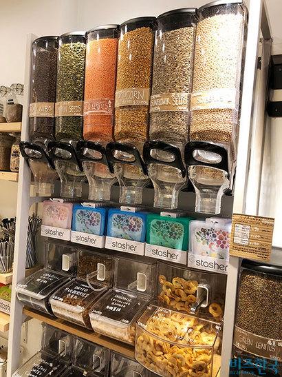 홍콩에 문을 연 제로 웨이스트 숍 '리브제로'. 곡류, 파스타, 샴푸 등을 가져온 용기에 담아 구입할 수 있다. 사진=박해나 기자