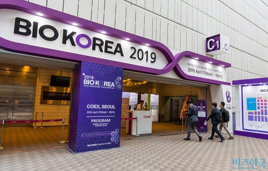 '바이오코리아 2019'가 서울 강남구 코엑스에서 17일 개막했다. 행사에 참가한 제약·바이오 기업들은 환자 맞춤형 서비스에 주력하고 있다고 입을 모았다. 사진=최준필 기자